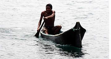 Ngöbe Bugle in een cayuco in Bocas del Toro, Panama